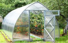 Planta Sungrow is a heavy duty greenhouse designed for backyard farming. Perfect for 3-season gardening of flowers, fruits, and vegetables. Comes in various lengths: 6.5 ft, 13 ft, 19.5 ft, 26 ft. Galvanized Steel Structure Heavy Duty, Rust-Resistant Frame Snow Load Weight of 10,000 lbs/ ft² 4mm Polycarbonate Panels Can Be Installed with or without a base #greenhousefarming