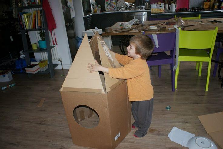 Fabriquer une fusée en carton c'est très facile !          1/ On assemble différents morceaux de carton pour obtenir une forme proche d'une ...