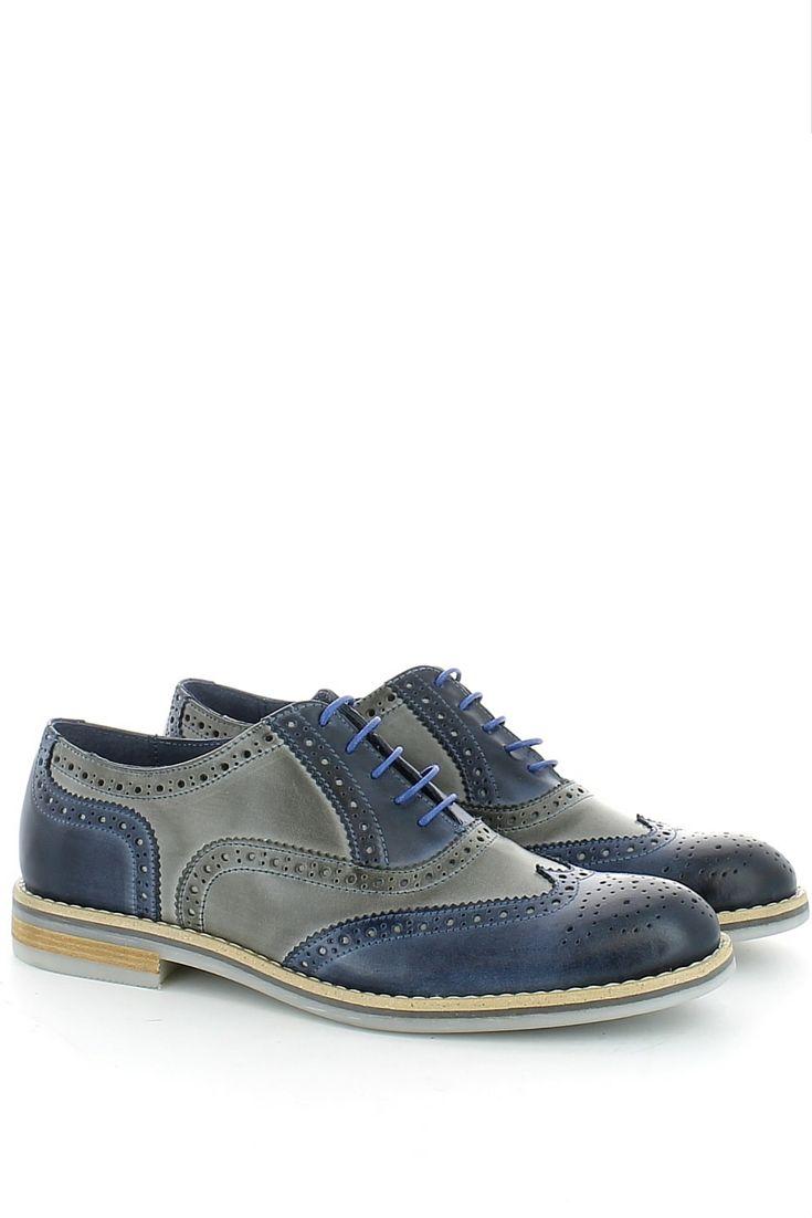 Ormai è un must delle ultime stagioni: veste bene sia sotto un paio di stilosi jeans che sotto un abito più impegnativo (ma non troppo), ha un sapore internazionale questa scarpa con allacciatura alla francese e impuntura inglese sulla tomaia che gioca sui colori delle pelle grigia e blu, creando un modello davvero originale e giovane.http://www.langolo-calzature.it/it/scarpa-in-pelle-grigia-e-blu-con-impuntura-inglese-54235
