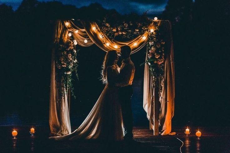 Вечерняя церемония в теплом свете свечей и гирлянд — настоящее волшебство! #wedding #bride #flowers