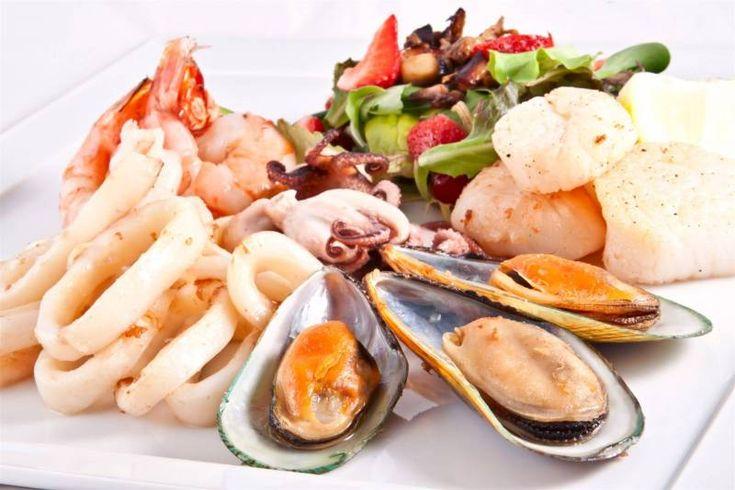 تعتبر فواكه البحر من المأكولات البحرية الشهية وذات القيمة الغذائية العالية وهي أنواع الأسماك ومنها أيضا حيوانات بحري Easy Seafood Recipes Seafood Recipes Food