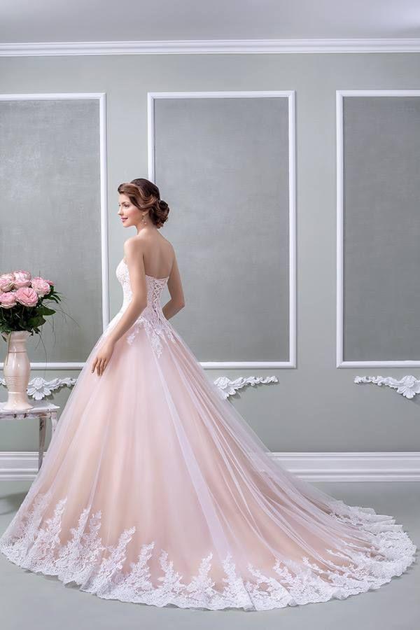 O rochie în stil prințesă, accesorizată cu un brâu ce conține elemente Swarovski și o trenă ce îi conferă un aer imperial- rochia de mireasă Cappucino.  #weddingdress #bride