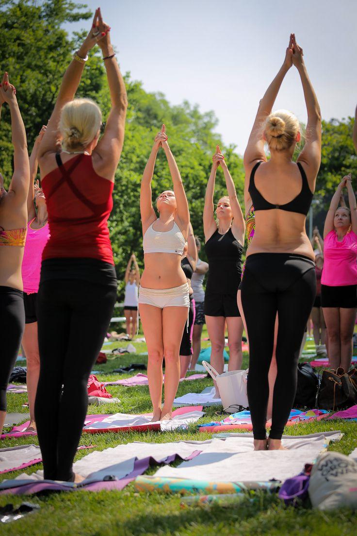 Bikram yoga class outside in Prague.. #siluetyogawear #milujemeprosecco