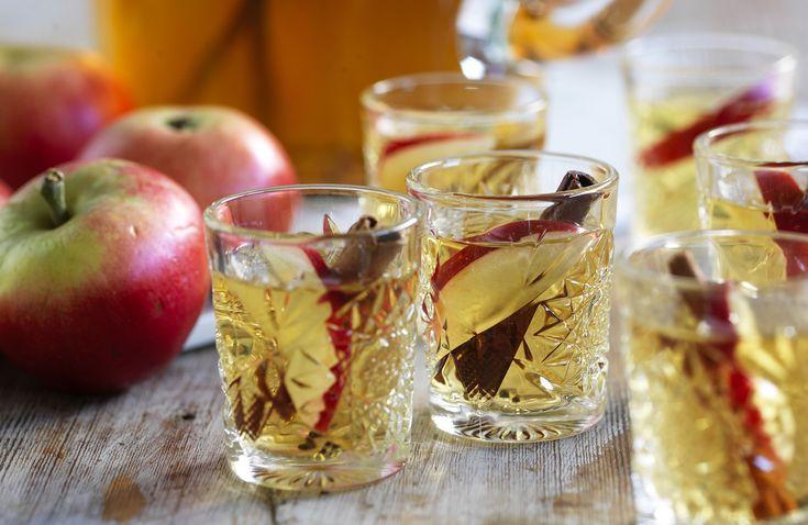 Välkomna gästerna med en värmande juldrink på äppelmust spetsadmed calvados och julens kryddor.