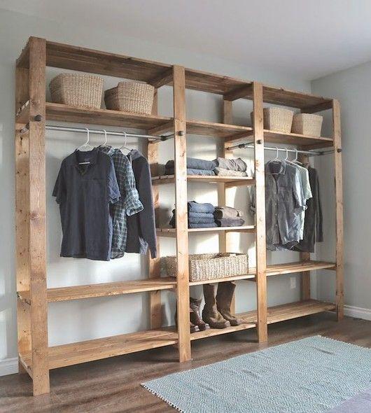 Faça seu próprio closet usando apenas ripas de madeira. Simples, barato e rústico. O varão para os cabides foi perfeitamente encaixado. Encontre em lojas de ferragens! Foto: Pinterest