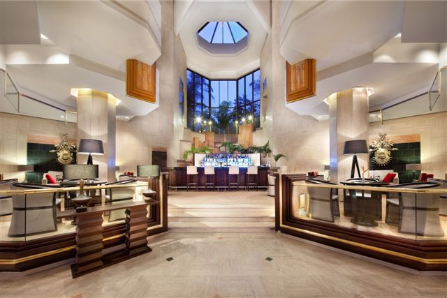 La Cascade #Bar, situated at the hotel lobby, serves cocktails or snacks such as the Hilton Classic Sandwich, fresh pizza, light breakfasts or afternoon tea. Open 24 hours Every day.