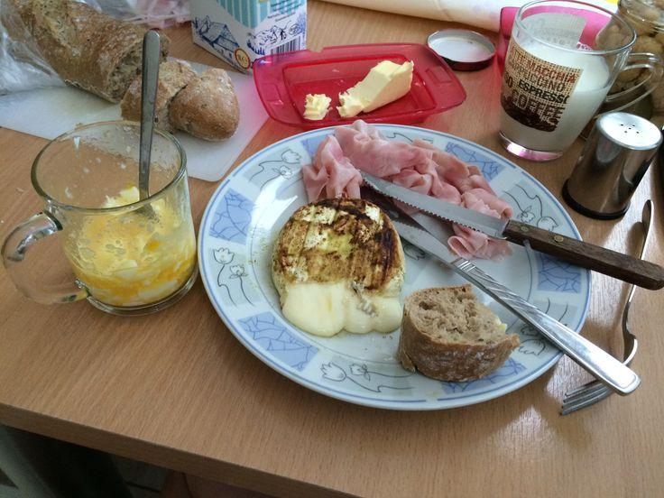 Raňajky: Grilovaný hermelín, šunka a vajce na mäkko