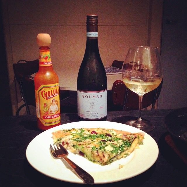 A spot of #yarravalley Viognier with my zucchini, feta, olives, spinach, garlic and old English cheddar frittata? Don't mind if I do. #wine #wineonmytime #hotsauce #SoumahWines