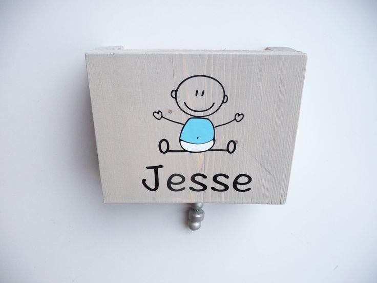 Muziekdoosje van hout met naam en baby jongen. Ook erg leuk als kraamkado.