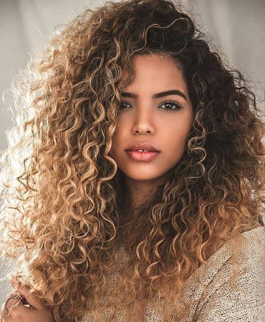 "CRESPA CACHEADA ?100K on Instagram: ""Inspiração ❤ Por: @laiane_layy - - - - - #crespasecacheadas #cachoscurtos #cachospoderosos #cac… | Curly hair styles, Blonde curly hair, Natural hair styles"