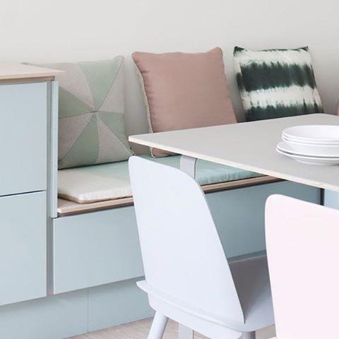 Praktisk sittebenk på kjøkkenet laga av kjøkkenskrog! #designhusetsogn #tvis #kjøkken #benk #sittebenk