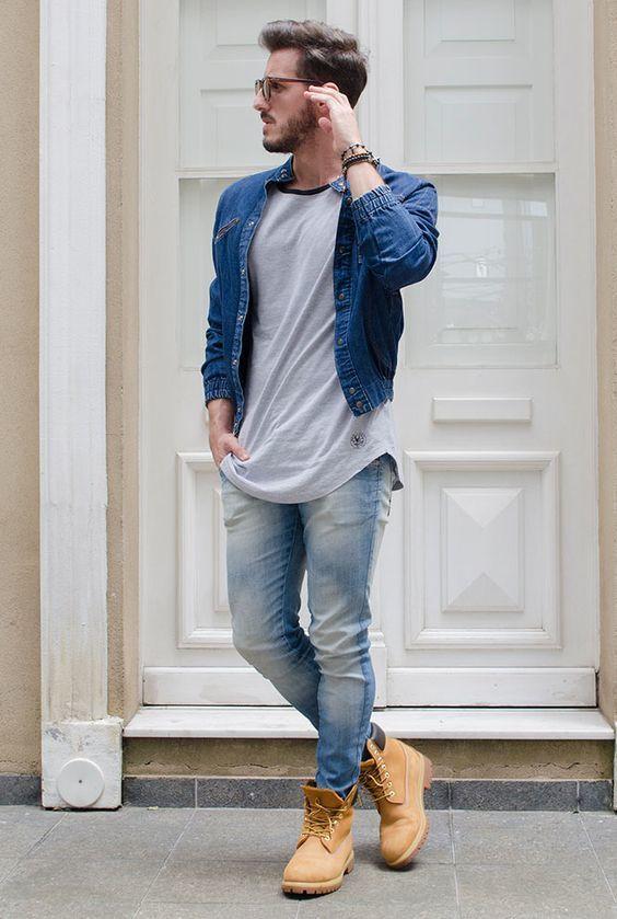 Acheter la tenue sur Lookastic: https://lookastic.fr/mode-homme/tenues/veste-en-jean-bleu-t-shirt-a-col-rond-gris-jean-bleu-clair/18031 — Veste en jean bleu — T-shirt à col rond gris — Jean bleu clair — Bottes de travail en daim brunes claires
