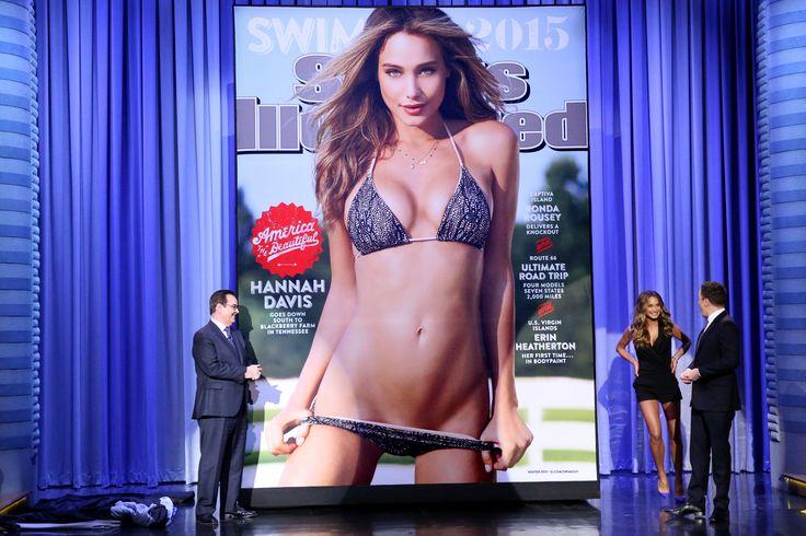 Η νυκτερινή τηλεοπτική εκπομπή του Τζίμι Φάλον φιλοξενεί το μοντέλο Χάννα Ντέιβις η φωτογραφία της οποίας κοσμεί την καλοκαιρινή έκδοση με μαγιό του περιοδικού Sports Illustrated.