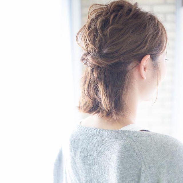 ソレアのカフェアレンジは簡単アレンジです✨  1.ストレートアイロンやカールアイロンでざっくりと波巻きでラフに巻いていきます。  2.サイドの髪の毛を両方からとってゴムでセンターに結んでくるりんぱします。  3.最後にラフ感が出るように髪の毛束を引っ張ってゆるい質感が出るように調整します。 4.スプレーなどでスタイリング剤つけて完成です♡  10分15分程度のアレンジなのでお出かけの時や、自分でスタイリングするのが面倒な方にオススメですよ👍🏻ボブでも簡単にオシャレできちゃいます!! #カフェアレンジ #簡単アレンジ #149日目 #スーパースターレット #365日間チャレンジ #yuukicollection #福岡 #fukuoka #天神 #大名 #hair #ヘアカタログ #ヘアスタイル #solea #ソレア #ソルティール2016  #美容室 #サロンモデル #サロモ #作品 #フォト #photo #mery  #mery_hairstyle  #hairstyle #ポートレート #カメラ #canon