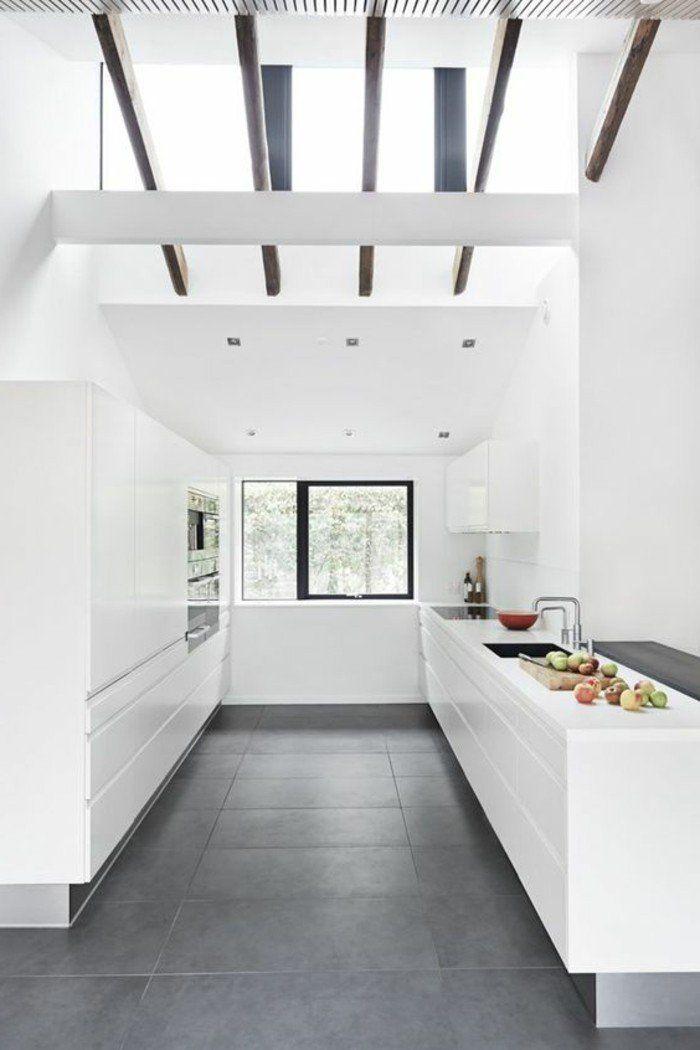 cuisine blanche avec sol en carrelage gris et toit en verre sous pente