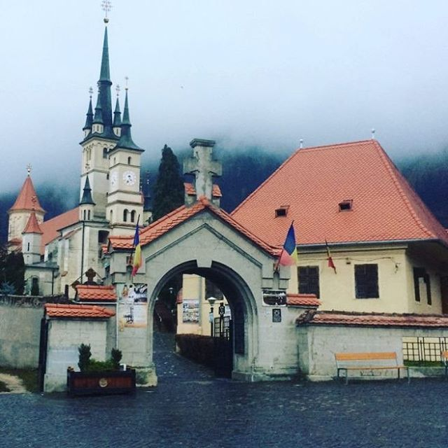 5 things do to in brasov! Find it out in our latest article!  . . . . . . . . . . #romania #easteurope #castle #vscooftheday #vsco #vscogram #insta #instagram #instagood #instagay #instalike #instalife #streetphotography #travelgram #travel #traveling #traveltheworld #travelblogger
