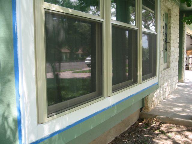 Repeindre les fenêtres en bois d'une maison est une opération simple et qui redonne instantanément un coup de fraîcheur à une habitation. Découvrez dans cette fiche comment procéder... #maisonAPart