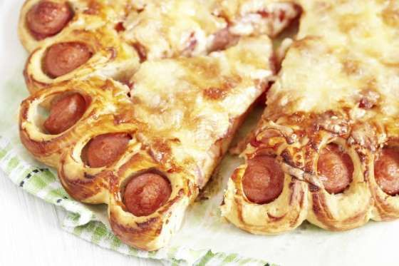 Esta pizza vai agradar principalmente as crianças. Abra sua massa caseira. Coloque pedaços de salsic... - Receitas sem Fronteiras