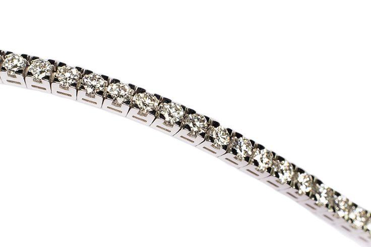 Bracciali in oro bianco con i diamanti naturali, diamanti colorati e pietre di colore.