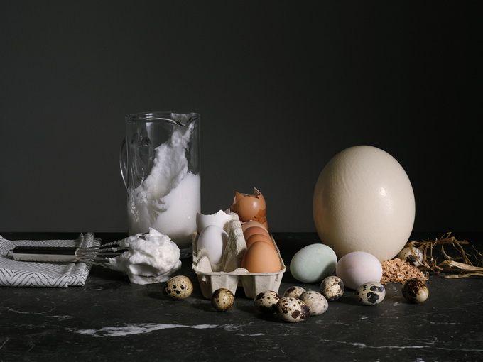 Чуть более года назад шведский производитель приборов Electrolux запустил новую серию бытовой техники - роскошную кухню Grand Cuisine для ведущих шеф-поваров, гурманов и состоятельных покупателей.  Фотограф Густав Алместал (Gustav Almestal) вместе со стилистом Никласом Хансеном (Niklas Hansen) создали великолепные натюрморты для поваренной книги, продаваемой в комплекте с кухней.