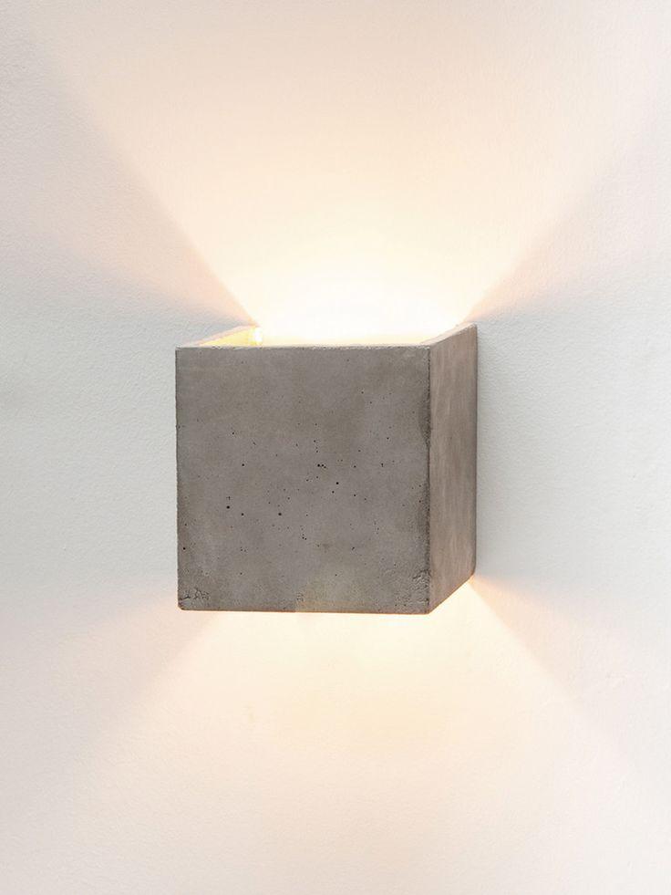 [B3]  Die kubische Wandlampe [B3] wird aus grauem Beton gegossen. Sie vereint edles Gold mit rauem Beton zu einer zeitlosen und eleganten Designerleuchte. Du...