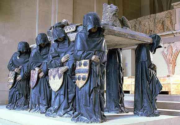 Pierre Antoine Le Moiturier (1425-1497): Tombeau de Philippe Pot (1428-1493), grand sénéchal de Bourgogne. Provenant de la chapelle Saint-Jean-Baptiste de l'abbaye de Cîteaux (Côte-d'Or). Les pleurants, porteurs de la dalle sur laquelle repose l'effigie du chevalier, illustrent, par les blasons qu'ils tiennent, les huit quartiers de noblesse du défunt. Philippe Pot sera nommé gouverneur de la Bourgogne par LouisXI, après avoir servi le duc de Bourgogne, Charles le Téméraire, qu'il…