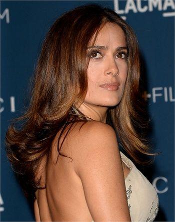 Salma Hayek ,Look iper-femminile per l'attrice messicana che sfoggia un taglio scalato con riga al centro.