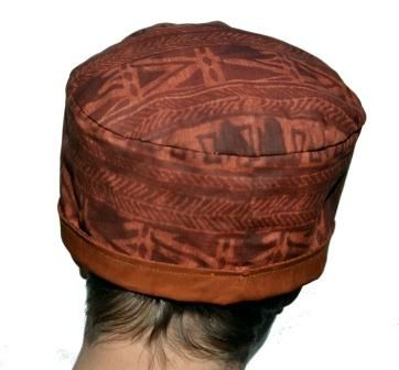 A modern pill box hat with an interesting pattern and in an earthy colour! No padding in the crown and having a plain full inner making the hat fully reversible.  Different and ideal for travelling.  Circumference = Approx. 62cm Height unfolded = Approx. 12cm
