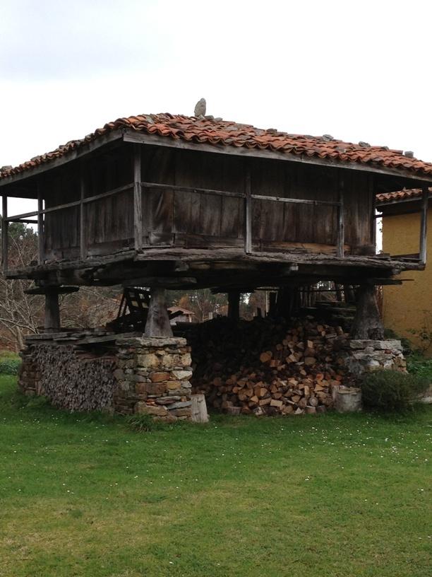 Con provisiones para el invierno, hórreo en La Tejera, Lamuño, #Cudillero, #Asturias