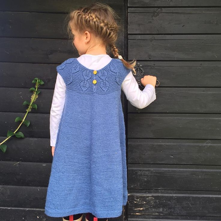 Hun her! 💙 Som elsker at været er høstkaldt fordi hun VIL og MÅ ha på seg ullkjole!  Jeg må jo bare prise meg lykkelig for det og håpe at det varer lengelenge! (Og jeg må strikke flere kjoler..🙈) 💙 She loves the autumnal temperatures because then she can wear her knitted dresses. Maybe she's my daughter? 🙊🙈💙 #løvfallkjole #fallingleavesdress #løvfalluge