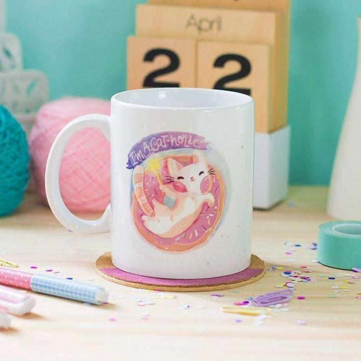 """Mug Cat """"Make your own magic"""" Código: PMV-003  Taza de porcelana blanca que puede meterse en el microondas y el lavaplatos. Capacidad de la taza 11 onz."""
