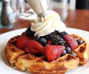 Waffles with berries & cream❤️