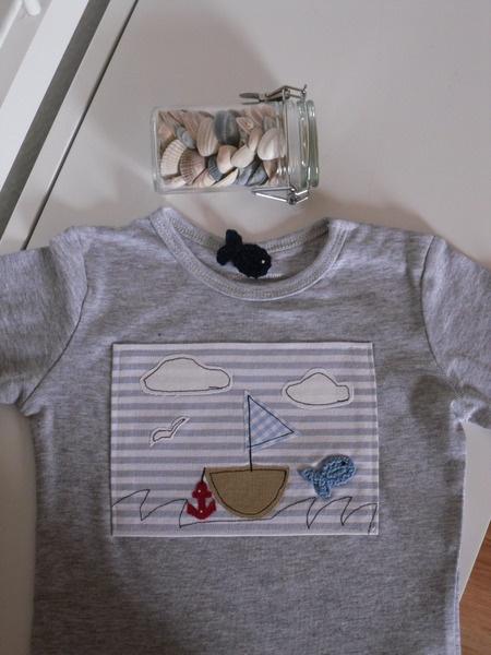 Langarm T-Shirt, Grundfarbe grau, mit liebevoll aufgenähter maritimer Applikation, Boot/Schiff/Segelboot, Anker, gehäkelter Fisch, 100% Baumwolle, ...