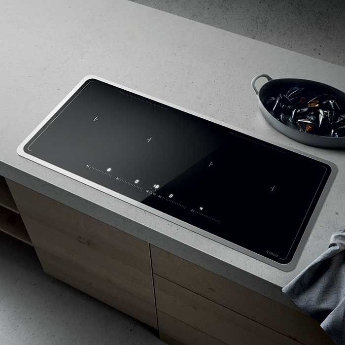 Elica LIEN DIAMOND 874 BL induction hob is equipped with a wireless system that connects it with the hood in order to regulate its aspiration capacity accordingly to the type of cooking.