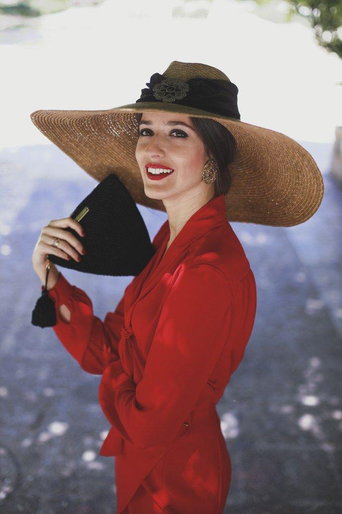 Vestido rojo y pamela negra