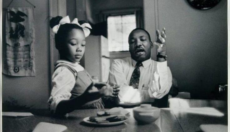James Karales (American, 1930-2002), il Dr. Martin Luther King Jr. a casa con la sua famiglia, 1962 (in cucina), 1962, stampa ai sali d'argento.  High Museum of Art, Atlanta, acquisto, 2.008,38 (particolare)