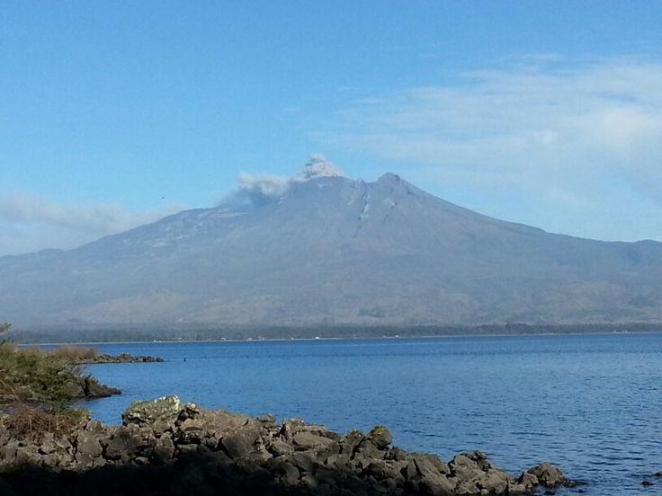 Volcán calbuco aun activo después de la erupción. ..