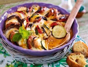 Rémys Ratatouille-Gratin für Feinschmecker Rezept: Zwiebeln,Knoblauchzehen,Olivenöl,Chiliflocken,Tomatenmark,Salz,Pfeffer,Zucker,Tomaten,Zucchini,Aubergine,Mozzarella,Alufolie