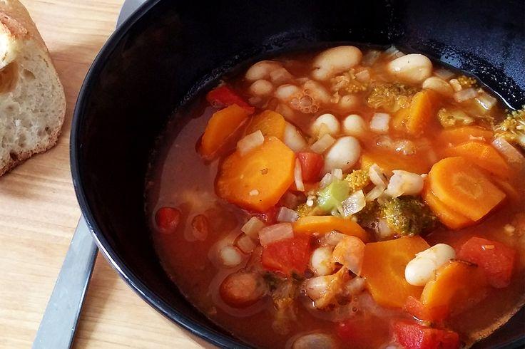 Soupe de haricots blancs aux légumes : http://www.lagrignoteuse.com/2015/09/30/soupe-de-haricots-blancs-aux-legumes/