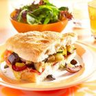 Turks brood met geitenkaas, rucola en pijnboompitten - recept - okoko recepten