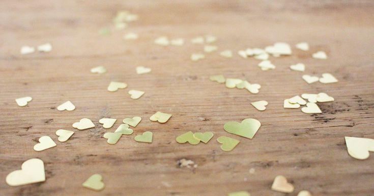 Send someone your Love!    #zumglueckgeboren #glück #happiness #baby #babybody #babyonesies #vienna #happinesswillguideyou #welcome #no17 #red #zumglueck #dasglueckbegleitetdich #liebe #siebdruck  #vonherzen #geschenk #perfectpresent #liebeserklärung #hearts #gold