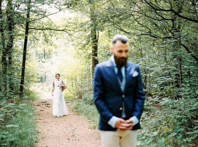 De bruiloft van dit bruidspaar ziet er prachtig uit, en ja, dat komt ook door de awesome tattoo's van de bruid. Kijk verder voor de shoot met rookbommen!