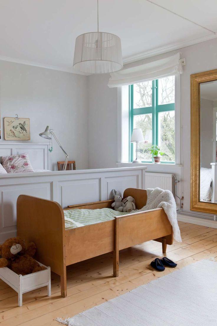 Sixten sover i en loppisfyndad barnsäng i mammas och pappas sovrum. – Det är riktigt härligt att ha ett stort sovrum, dessutom har det två stora fönster med underbar utsikt. I sovrummet syns också ett av Johannas mest speciella inredningsgrepp. Fönsterfodren är nämligen målade i en mintgrön färg.