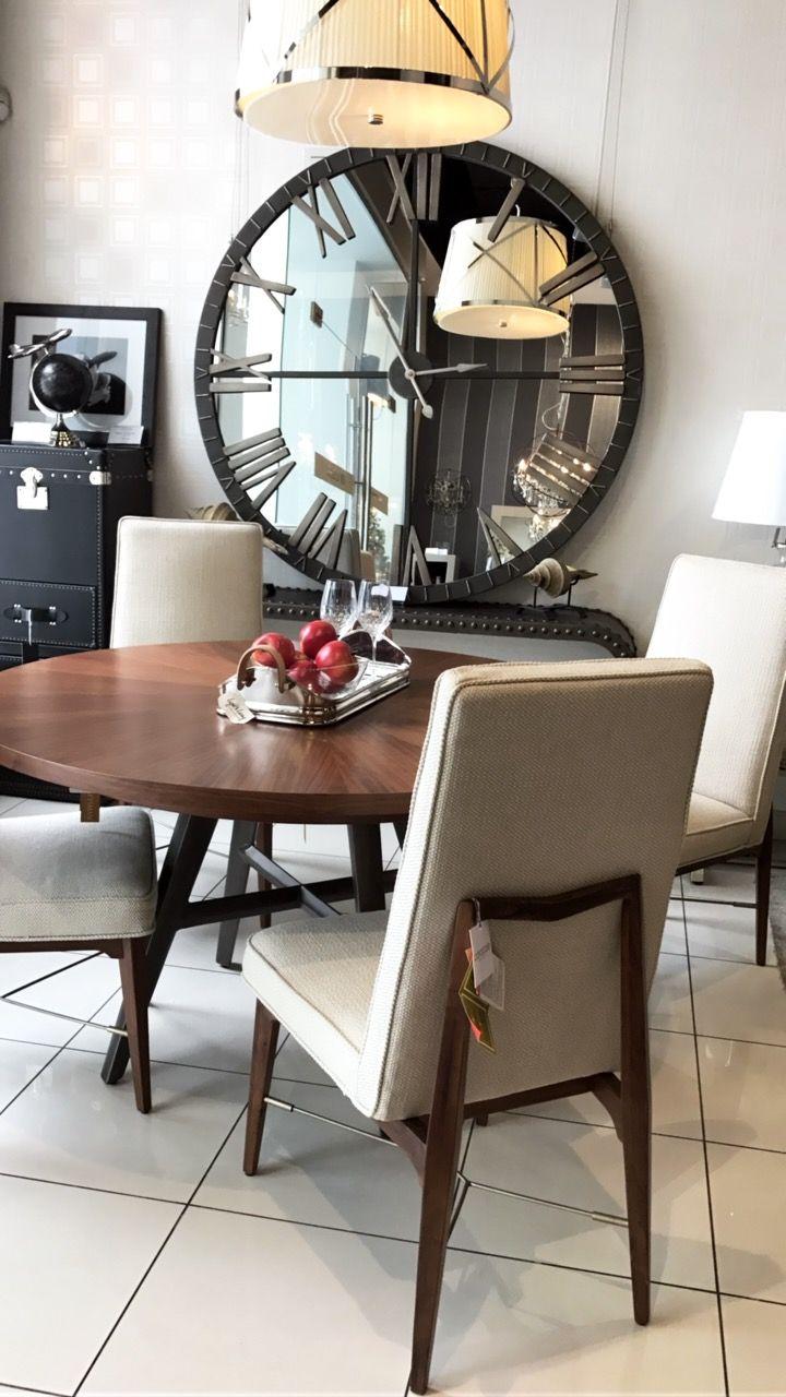 Круглый обеденный стол из коллекции Craftsman просто неотразим благодаря красивому рисунку волокон орехового дерева на столешнице и бронзовому покрытию основания. Стол имеет раздвижную конструкцию, его можно расширить с помощью одной 46-сантиметровой вставки, которая в сложенном состоянии прячется под столешницей. #caracolehome  #table #diningroom #chair #clock #mirror #lamp