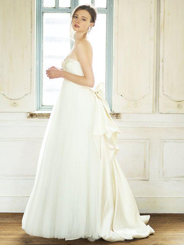 アンナ・マイヤーエアリーなチュールスカートにシルクサテンのリボン付きトレーンを合わせた、ロマンティックなドレス。サイドから見たときの着姿も美しい構築的なドレスは、「ミーチェ」でしか手に取れないアン...