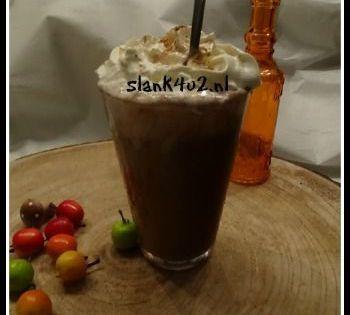 Warme chocolade melk met slagroom Ik heb een pak kokosmelk in de kast staan, gelukkig is deze erg lang houdbaar. Ik was geen melkdrinker en nu nog steeds niet. Het staat er alleen om te gebruiken in recepten. Soms maak ik een shake in de late ochtend als ontbijt met... #amandelmelk #cacao #eivrij