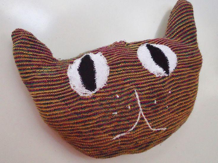DIY trui gerecycleerd tot kat kussen
