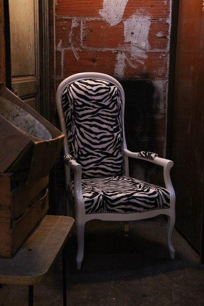 Rénovation de fauteuil voltaire avec tissu zèbre. Renovation zebre