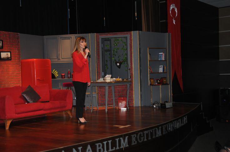 """Anabilim Eğitim Kurumları'na özel bir fiyattan satışa sunulan biletlerin gördüğü ilgi nedeniyle büyük memnuniyet duyduğunu belirten Ataşehir Kampüsü Okul Aile Birliği Başkanı Dilek Yurtsever, şunları söyledi: """"Tiyatro bir kültürdür. Gösteriyi izlemeye gelen misafirlerimiz, hem sosyal sorumluluk projesi kapsamımda okutulan 25 kız çocuğumuza destek vermiş hem de keyifli bir akşam geçirmiş oldular. Herkese teşekkür ederim."""""""