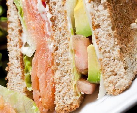 Un antipasto invitante, da realizzare per un pranzo all'aperto utilizzando salmone affumicato e avocado, una variante originale ai classici club sandwich.